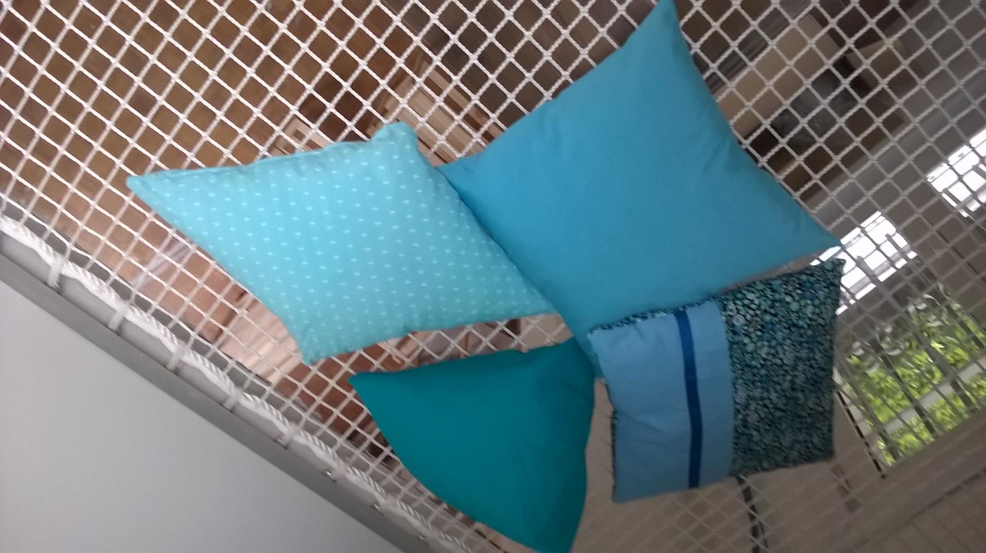 assortiment de coussins bleus. Black Bedroom Furniture Sets. Home Design Ideas
