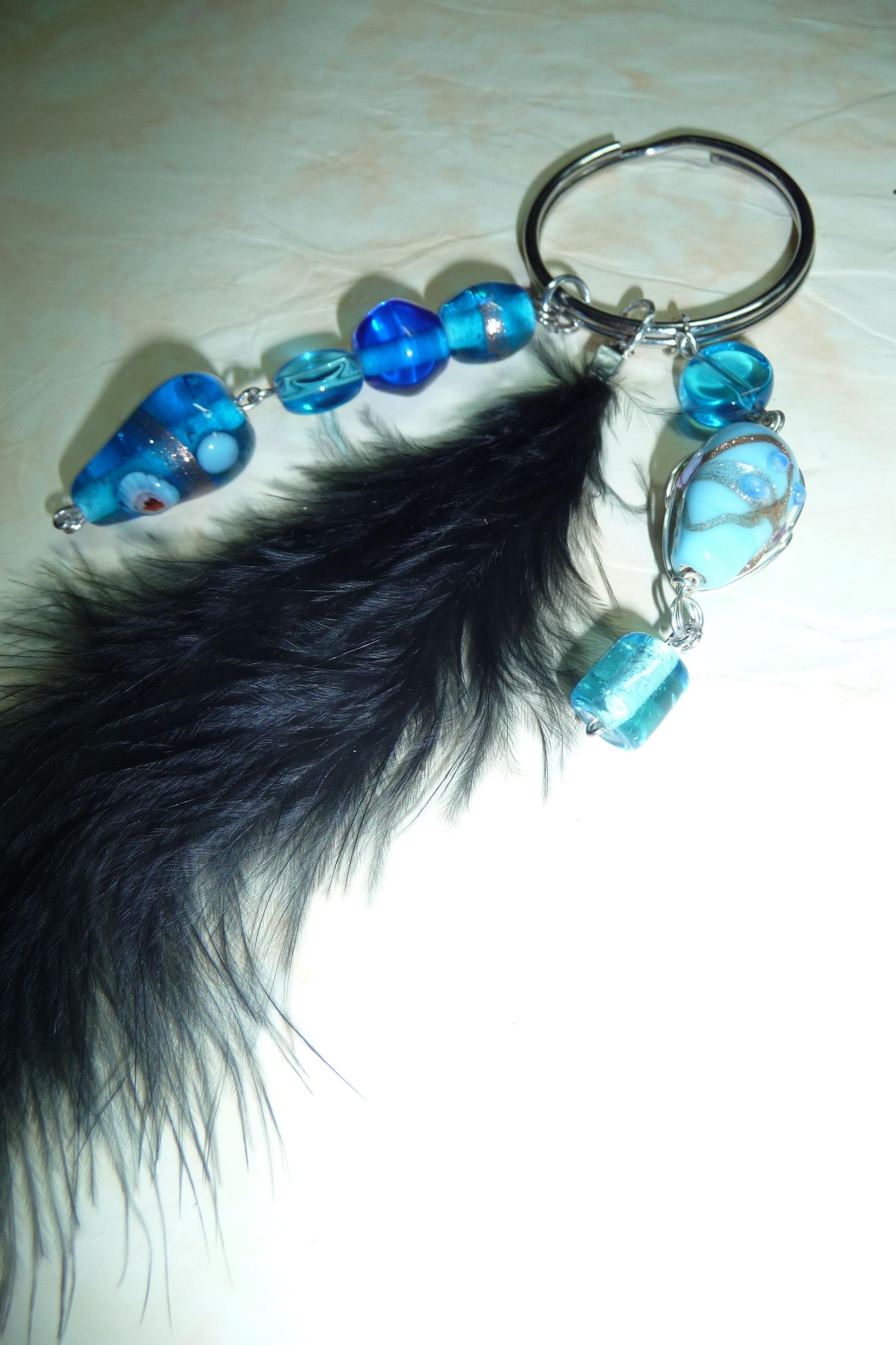 Porte cl s perles bleues et plume noire - Porte cle perle ...